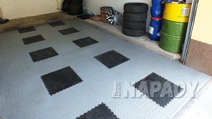 Nová podlaha v garáži za jedno odpoledne: plocha o výměře 4,5 x 2,5 m2 trvala asi 10 minut