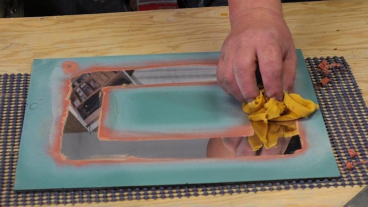 Dekorování zrcadla ze zadní strany: plochu s odstraněnou zrcadlovou vrstvou dočistíme