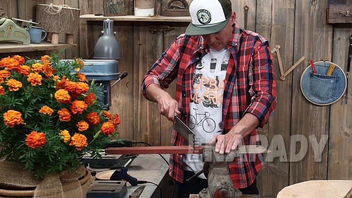 DIY vítací cedulka na dveře: prkno seřízneme na požadovanou délku