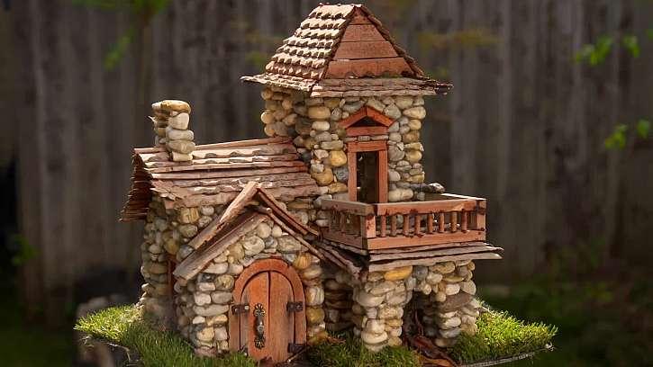 Honosné dekorativní barevné domečky z oblázků.
