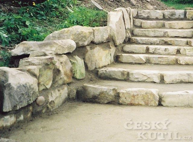 Vosková emulze Horsemen StoneCare ochrání kámen i fasádu před řasami