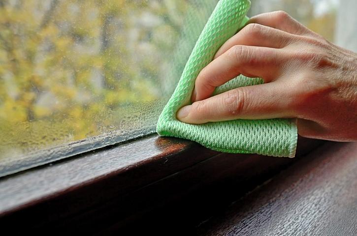 Pokud se vám doma ve zvýšené míře rosí okna, pak kondenzát vždy otřete do sucha