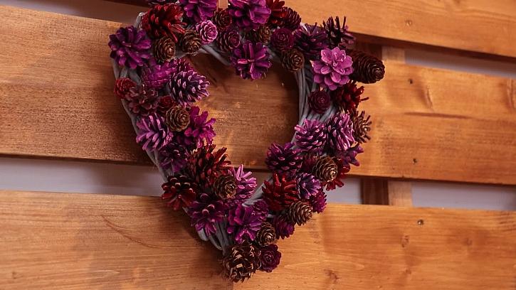 Vyrobte valentýnskou dekoraci ze šišek