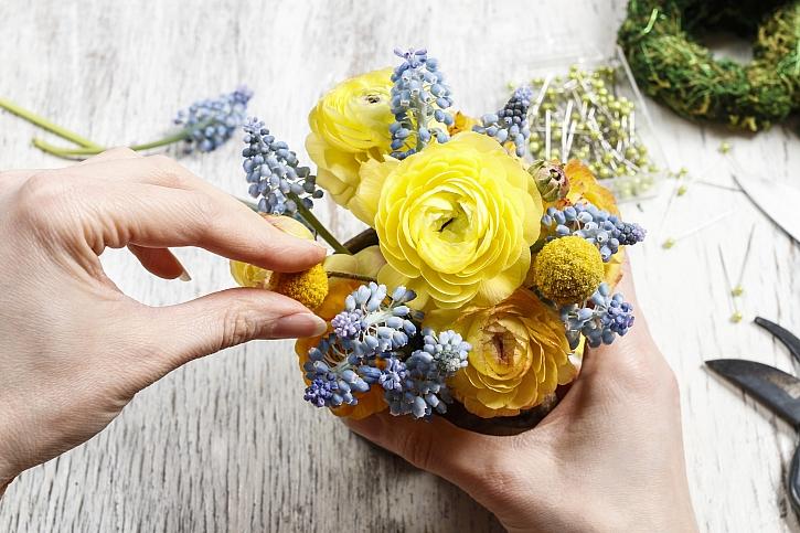 Výroba květinové vazby
