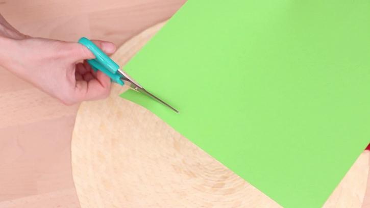 Střihání barevného papíru