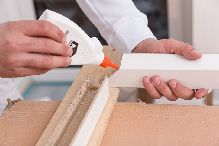 Na dřevo je vhodné používat disperzní roztokové lepidlo