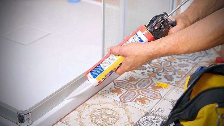 Minutový manžel vyměňuje silikon u sprchového koutu