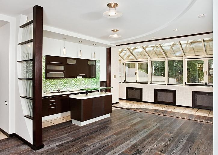 Povrchově upravenou dřevěnou podlahu můžeme zvolit i do kuchyně