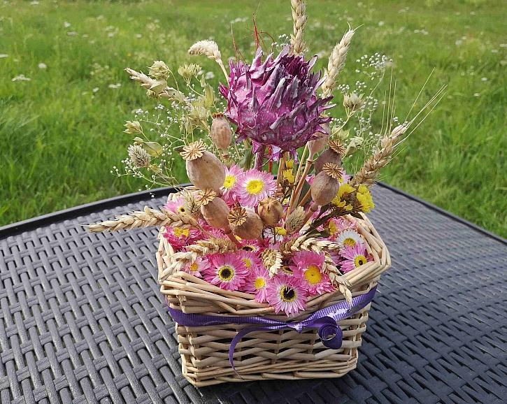 Celou dekoraci můžete na závěr zafixovat lakem na sušené květiny