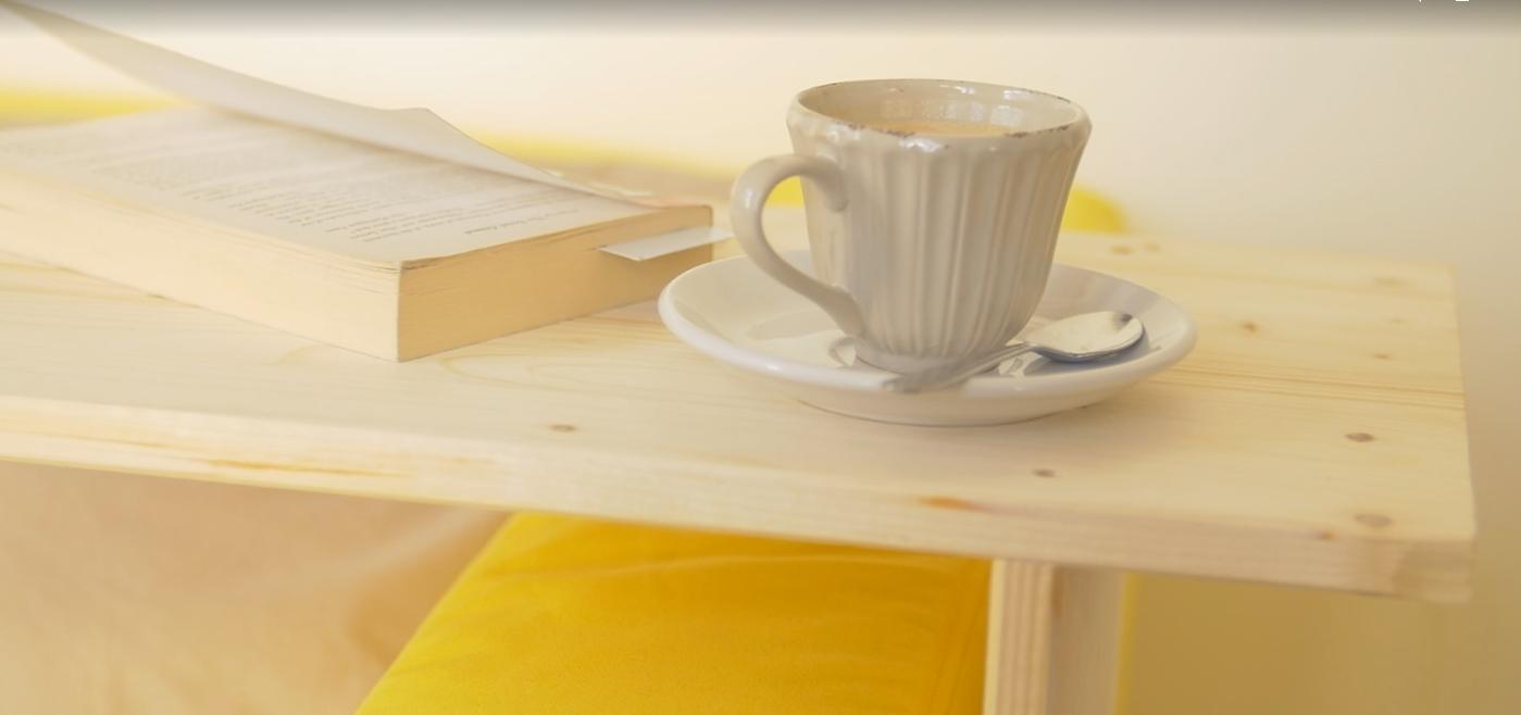 Odkládací stolek k pohovce: S šikovným pomocníkem budete mít vše potřebné vždy při ruce