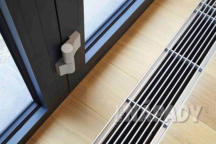radiátor umístěný do šachty v podlaze