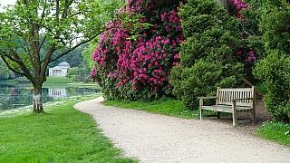 Cesty v zahradě nás mohou zavést do tajemných zákoutí