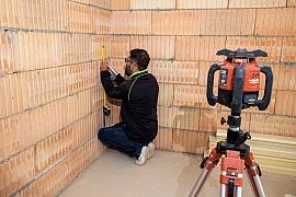Zaměření podlah při rekonstrukci domu a vyznačení vágrysu