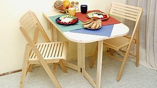 Jak vyřešit nedostatek místa v malém bytě? Udělejte si sklopný stolek
