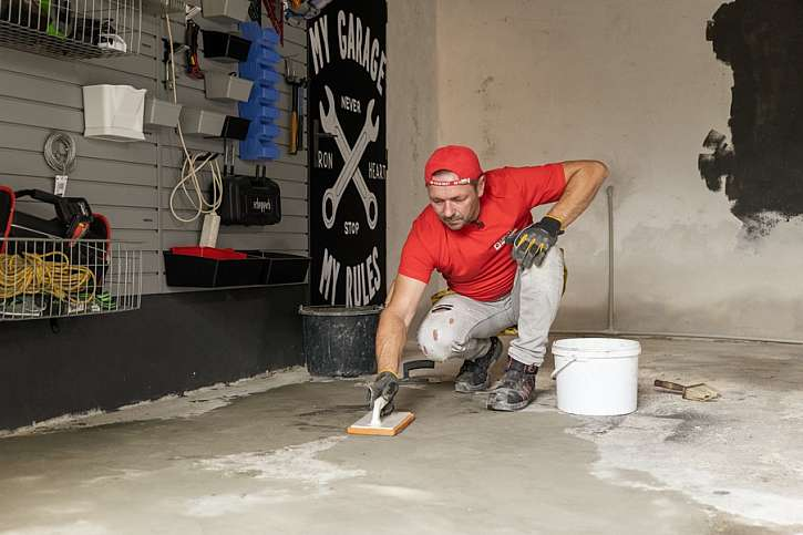 Zarovnání podlahy pěnovým hladítkem