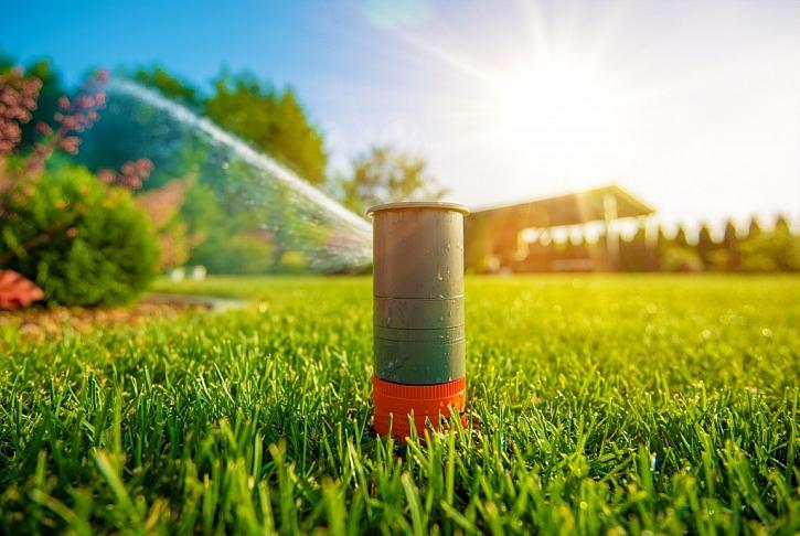 Zálivku trávníku lze řešit závlahovým systémem