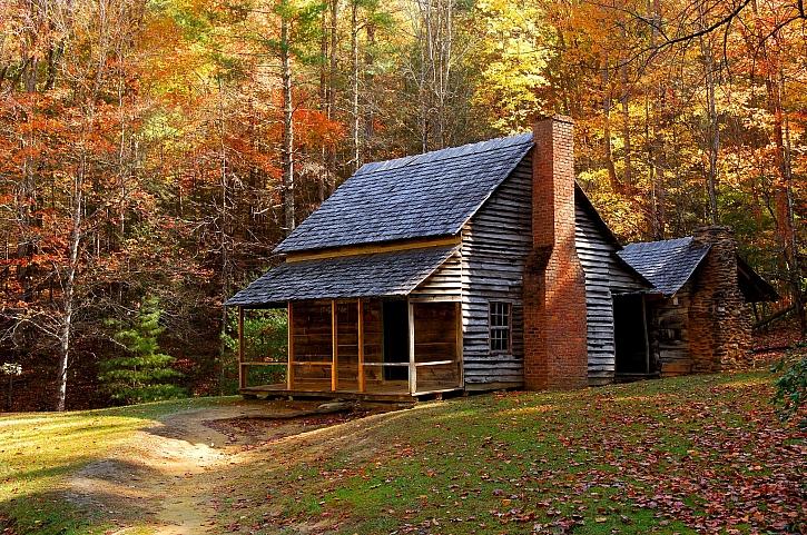 Roubená chalupa se šindelovou střechou je ukázkou starého řemesla (Zdroj: Depositphotos)