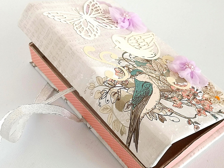 Papírovou krabičku můžete použít i jako dekoraci (Zdroj: Pavlína Wagnerová Málková)