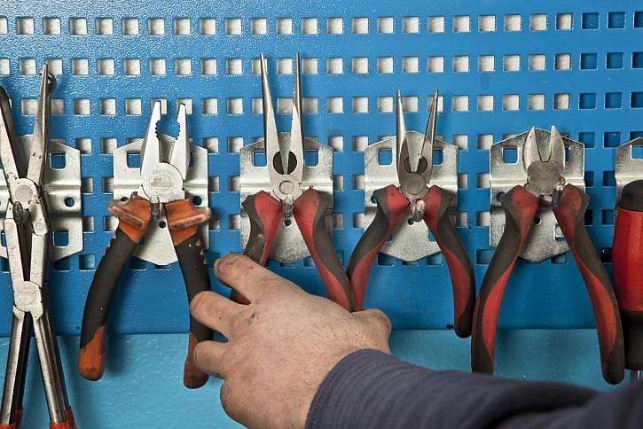 Systém držáků nářadí na perforované plechové základně