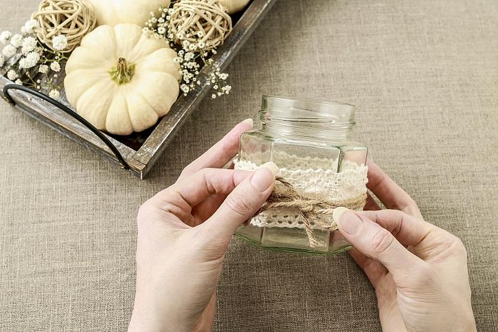 Na hranatou sklenici stačí připevnit krajku a převázat přírodním provázkem