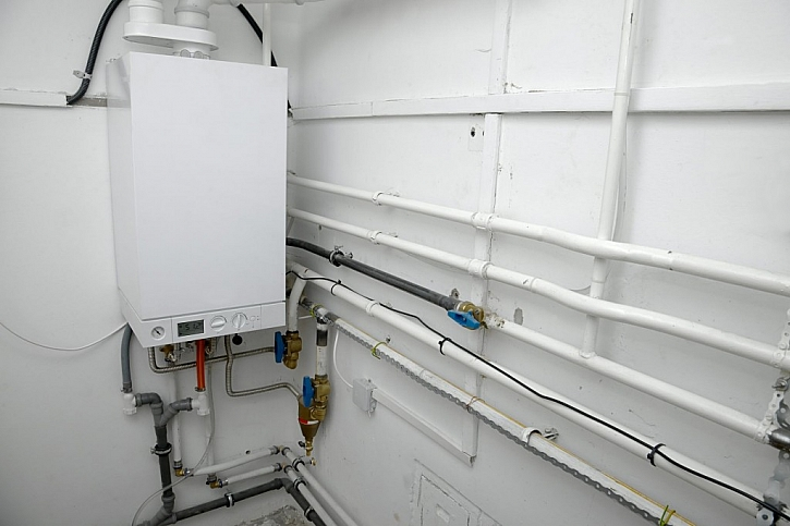 Plynový kotel vyžaduje odbornou instalaci a servis, velkým dílnám se ale vyplatí
