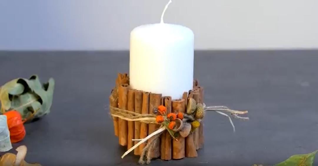 Svíčka s manžetou ze skořice apodzimní ozdobou