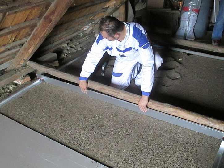 Stažení suchého podsypu pomocí latí