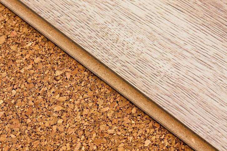 Laminátová i korková podlaha působí útulně a přírodně