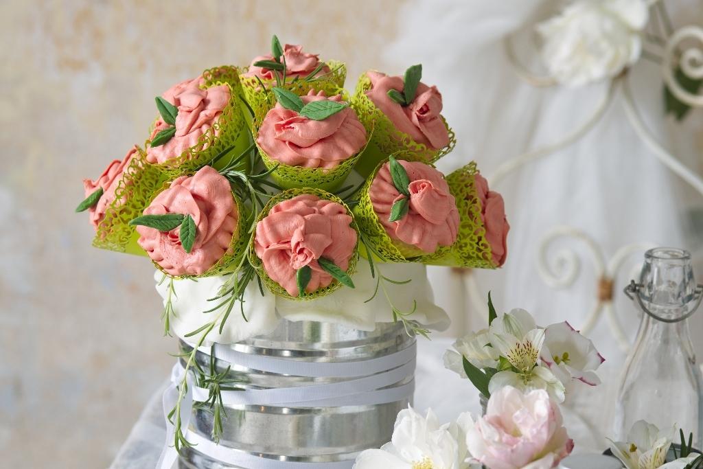 Dort svatební kytice: Jak překvapit svatebčany netradiční sladkou dekorací