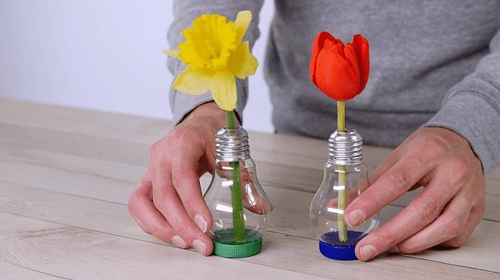 Jak udělat z žárovky vázičku: žárovku postavte na víčko