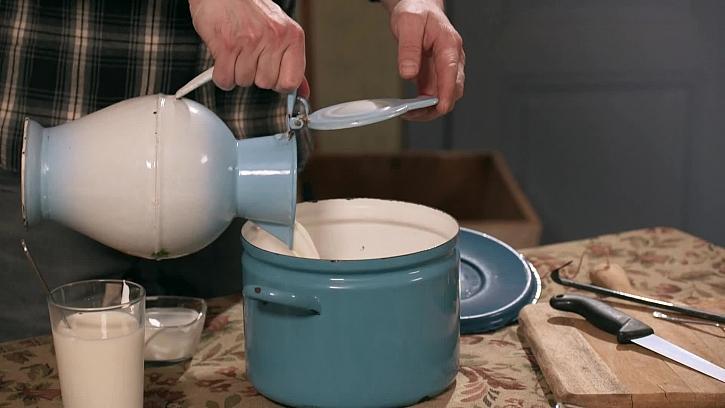 Nalití ingrediencí do hrnce