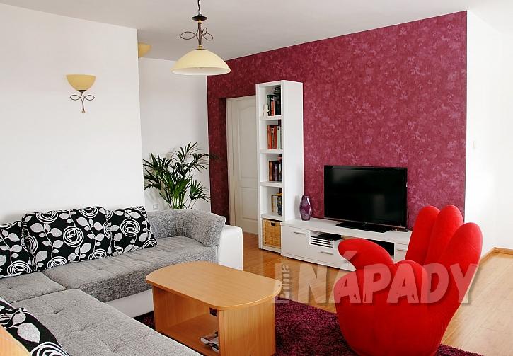 červený obývací pokoj