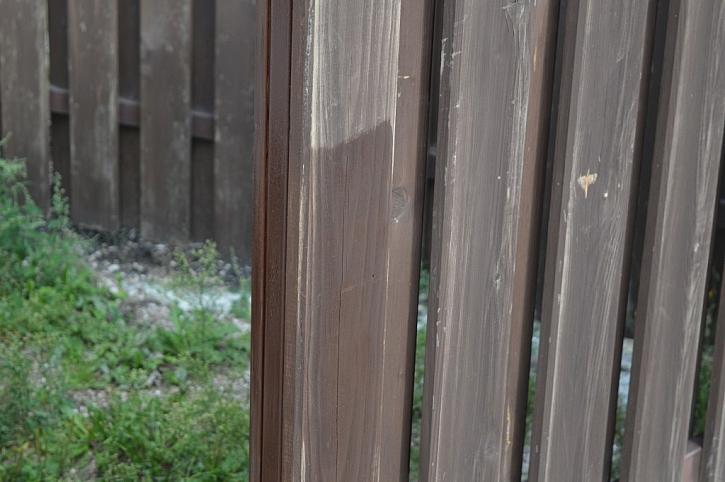Viditelný rozdíl - vrchní část prkna pouze zdrsněná, spodní již s nátěrem