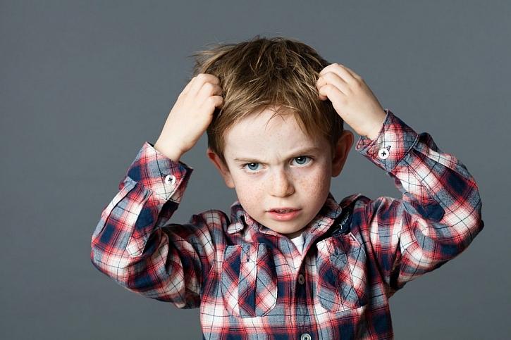 Silné svědění a neustálé škrábání se ve vlasech je jedním ze příznaků přítomnosti vší
