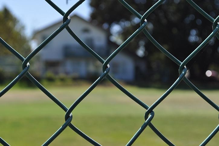 Ohraničení pozemku plotem z pletiva je poměrně rychlým a levným řešením (Zdroj: Depositphotos)