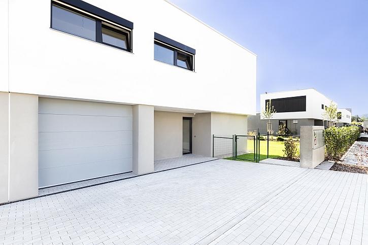 Bílá garážová vrata v domě
