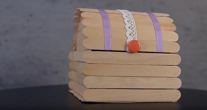 Krabička na bonbony či poklady z dřevěných špachtlí