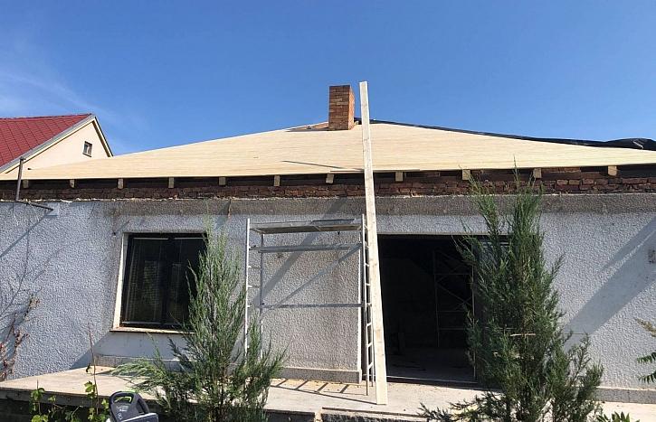 V 5. díle Online stavebního deníku si Fachmani posvítí na pokládku střechy