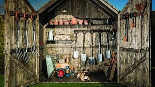 Základní vybavení, bez kterého by zahradničení byla zbytečná dřina: rýč, hrábě a spol.