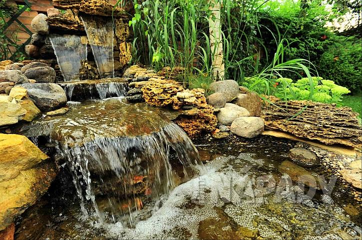 Na zahradě vytvořený vodní prvek