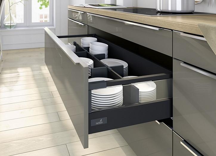 Charakteristicky hranatý zásuvkový systém pro originální nábytek