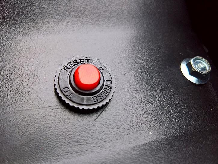 Motor je před přehřátím chráněn pomocí tepelné pojistky