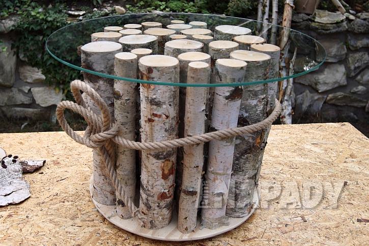 Stolek z březových polínek: polínka ozdobně svážeme přírodním provazem