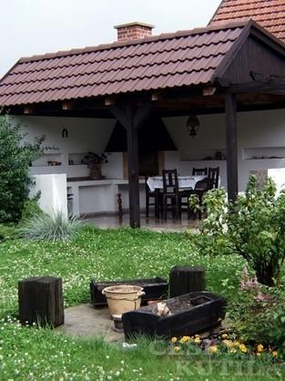 Zahradní kuchyně s posezením (Zdroj: PePa)