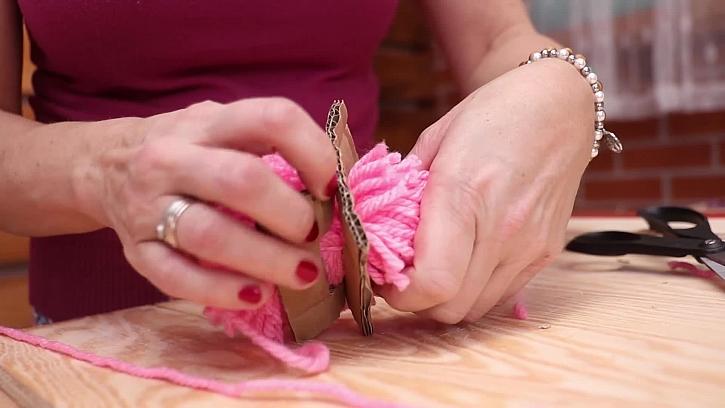 Výroba dekorace v podobě cupcaku z bambule