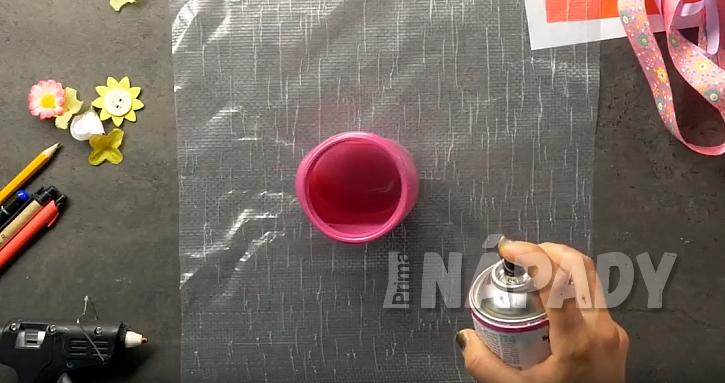 Ozdobná sklenice na pastelky: nastříkejte barvou