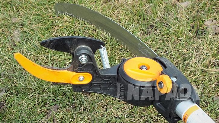 Oranžový vodič na čepeli pro zlepšení viditelnosti ve větvích