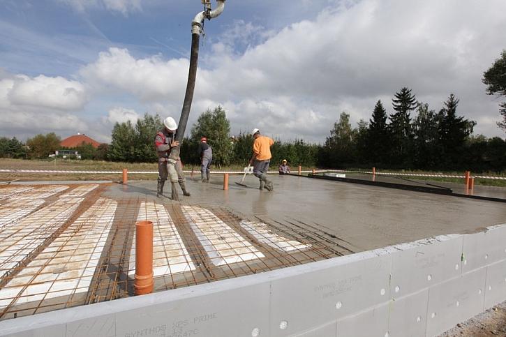 Tepelně izolované základy svépomocí, beton svěřte betonárně