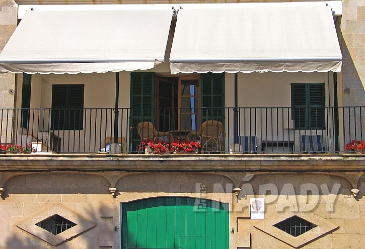 Klasická markýza světlá se hodí na všechny typy balkonů (Zdroj: Depositphotos)