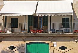 Markýza na balkóně nás ochrání před letním žárem